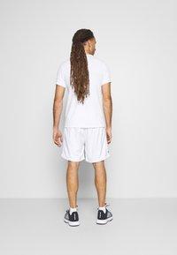 K-SWISS - HYPERCOURT EXPRESS SHORT - Pantalón corto de deporte - white/dark blue - 2