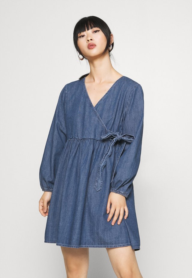 PCALIVA DRESS - Dongerikjole - medium blue denim