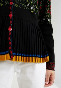 Ivko - PLEATED V-NECK CARDIGAN - Cardigan - black - 5