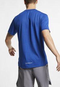 Nike Performance - BREATHE RISE  - Camiseta estampada - indigo force - 2