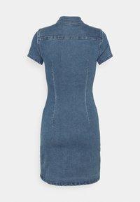 Noisy May Petite - NMJOY DRESS - Denimové šaty - medium blue denim - 1