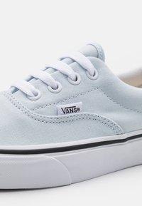 Vans - ERA UNISEX  - Sneakers basse - ballad blue/true white - 5