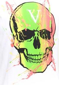Volé la lumière - PAINT SPLATTER SKULL - T-shirt imprimé - white - 2