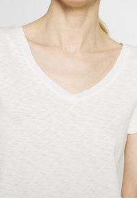 Marc O'Polo DENIM - SHORT SLEEVE V NECK - Basic T-shirt - scandinavian white - 4