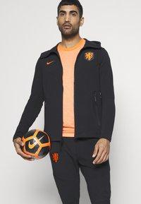 Nike Performance - NIEDERLANDE KNVB HOODIE  - Sudadera con cremallera - black/safety orange - 3