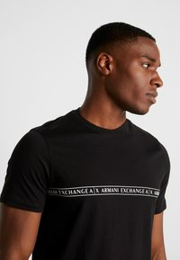 Armani Exchange - T-shirt con stampa - black - 3