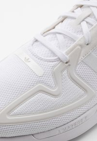 adidas Originals - ZX 2K FLUX UNISEX - Sneakers - footwear white/grey one - 5