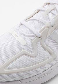 adidas Originals - ZX 2K FLUX UNISEX - Trainers - footwear white/grey one - 5
