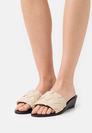 YASBRANDI WEDGE - Sandály s odděleným palcem - ivory cream