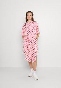 Monki - Vestido camisero - pink - 0