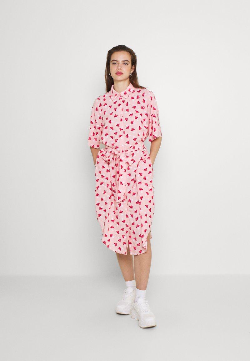 Monki - Vestido camisero - pink