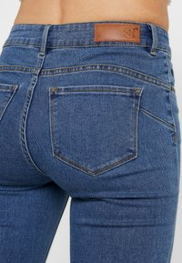 Vero Moda - VMHOT SEVEN SLIT KNICKER MIX - Denim shorts - medium blue denim - 5