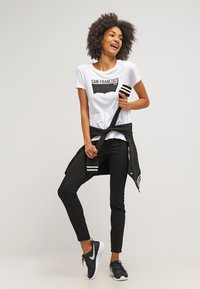 Levi's® - THE PERFECT - T-shirts med print - white - 1