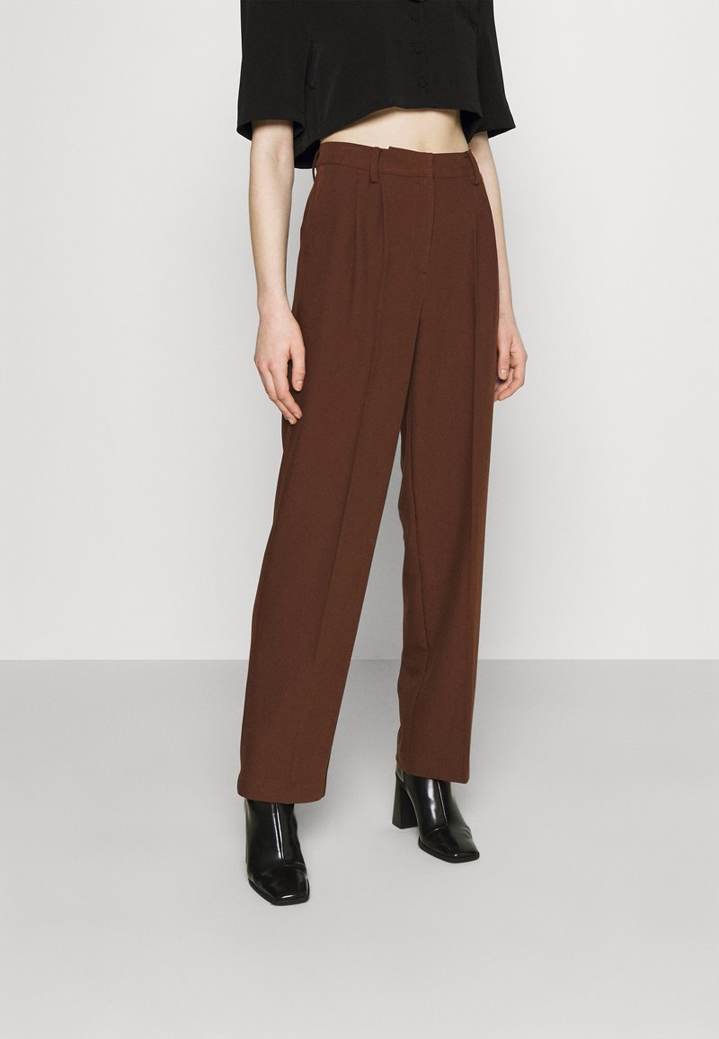 NA-KD - MATHILDE GØHLER SUIT PANTS - Trousers - dark brown