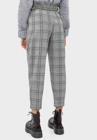Bershka - MIT GÜRTEL  - Trousers - light grey - 2