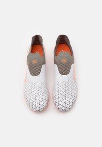 Umbro - VELOCITA V ELITE FG - Moulded stud football boots - white/carrot/frost gray - 3