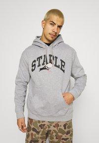 STAPLE PIGEON - COLLEGIATE HOODIE UNISEX  - Hoodie - heather grey - 0