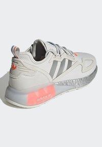 adidas Originals - ZX 2K BOOST UNISEX - Tenisky - grey one/silver metallic/solar red - 3