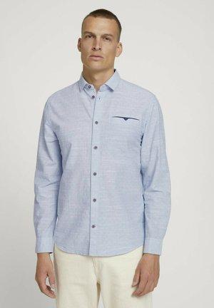 STRUKTURIERTES - Shirt - white light blue structure