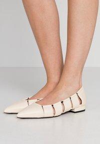 L'Autre Chose - Ballet pumps - milk - 0