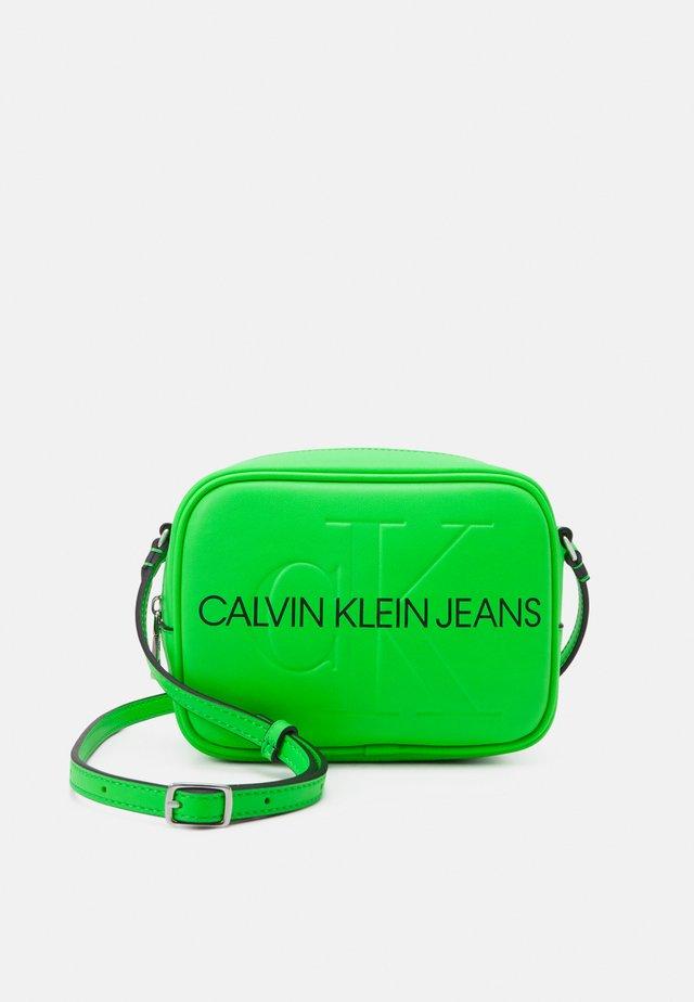 CAMERA BAG - Taška spříčným popruhem - green