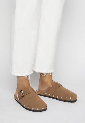 FIN - Pantofle - tan