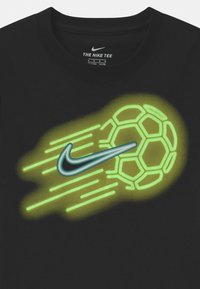 Nike Sportswear - GLOW IN THE DARK SOCKER BALL - Triko spotiskem - black - 2