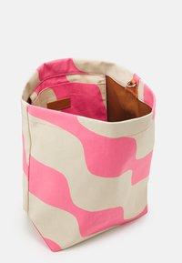 Marimekko - KUUNSÄDE TAIFUUNI BAG - Käsilaukku - brown/pink - 2