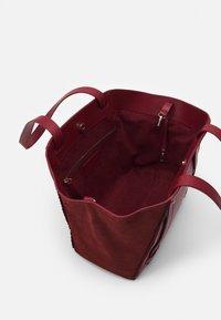 Repetto - DOUBLE VIE - Handbag - carmin - 2