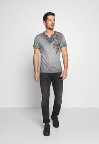 Key Largo - KNIGHT BUTTON - T-shirt con stampa - silver - 1