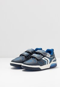 Geox - INEK BOY - Sneakersy niskie - navy/royal - 2