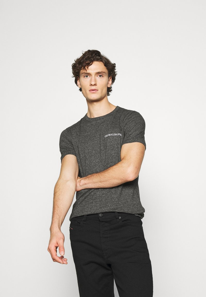 Calvin Klein Jeans - INSTITUTIONAL CHEST GRINDLE TEE - T-shirt med print - black