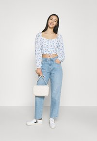 Hollister Co. - CINCH ON OFF SHOULDER - Bluser - white/blue - 1