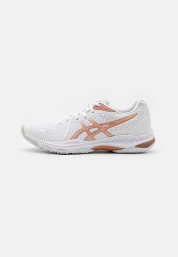 NETBURNER BALLISTIC - Volleyball shoes - white/rose gold
