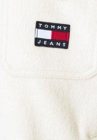Tommy Jeans - FRONT POCKET BADGE SHACKET - Summer jacket - sugarcane - 5