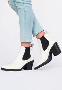 Eva Lopez - CHELSEA TACÓN - Ankle boots - blanco - 3