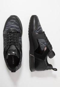 Cruyff - LUSSO ZEBRA - Sneakersy niskie - dark grey - 1