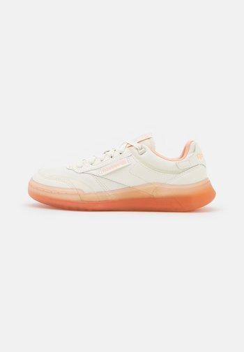 CLUB LEGACY - Trainers - chalk/aura orange/twisted coral