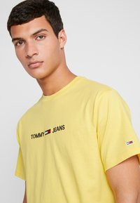Tommy Jeans - SMALL LOGO TEE - Print T-shirt - aspen gold - 3