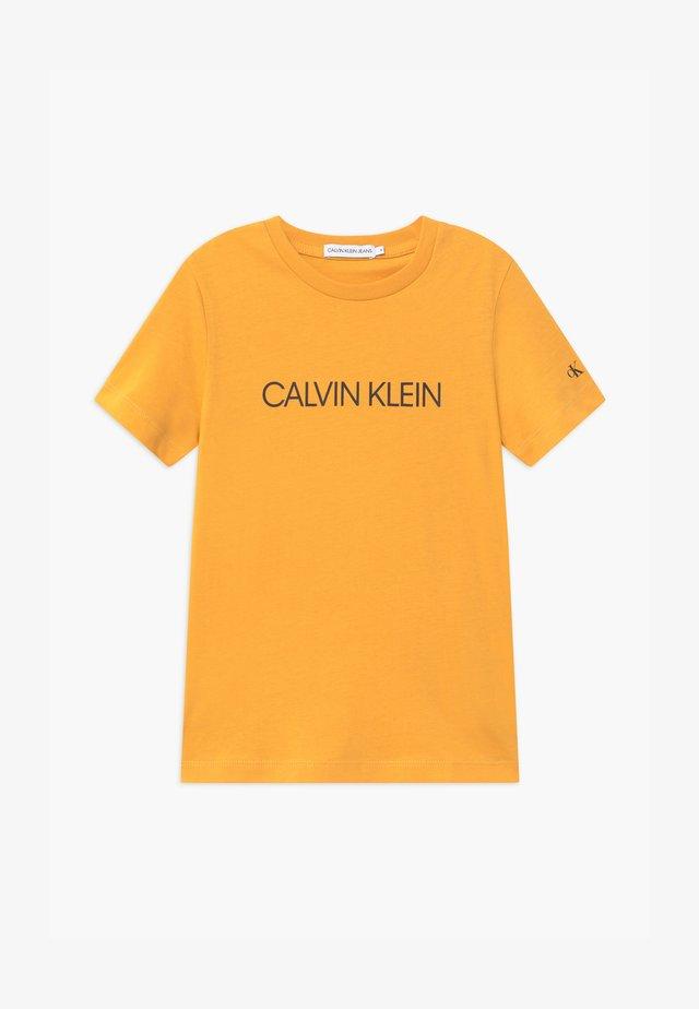 INSTITUTIONAL - Print T-shirt - yellow