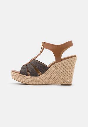 BERKLEY WEDGE - Sandalen met plateauzool - brown/acorn