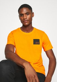 Solid - DAVE - Print T-shirt - orange pee - 3