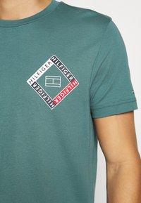 Tommy Hilfiger - CORP DIAMOND TEE - T-shirt z nadrukiem - green - 5