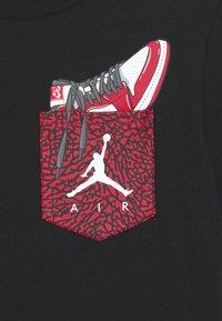 Jordan - POCKET - Print T-shirt - black - 2