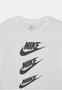 Nike Sportswear - CASCADING FUTURA AIR TEE - T-shirts print - white - 2