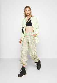 The Ragged Priest - SYMBOL PANT - Cargobukse - lime/pink - 1