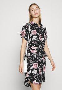 Vero Moda - VMSAHANNA DRESS - Košilové šaty - black - 4