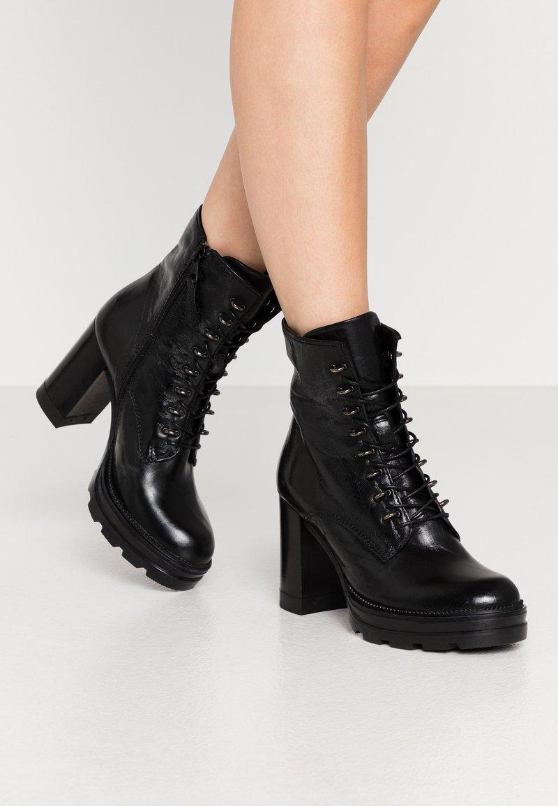 MJUS - Kotníková obuv na vysokém podpatku - nero