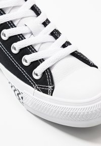 Converse - CHUCK TAYLOR ALL STAR - Sneakersy niskie - black/white/university red - 2