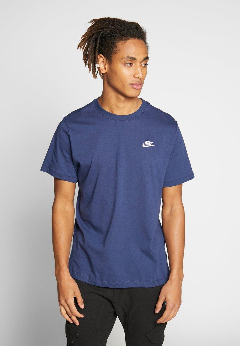 Nike Sportswear - CLUB TEE - Camiseta básica - midnight navy/white
